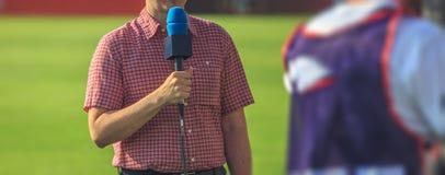 Παρουσιαστής TV που προετοιμάζεται να ζήσει βίντεο ροής στοκ φωτογραφία με δικαίωμα ελεύθερης χρήσης