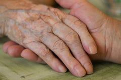 Παροχή ενός χεριού βοηθείας Στοκ φωτογραφία με δικαίωμα ελεύθερης χρήσης