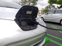 Παροχή ηλεκτρικού ρεύματος για την ηλεκτρική χρέωση αυτοκινήτων Ηλεκτρικό αυτοκίνητο που χρεώνει το ST Στοκ Φωτογραφίες