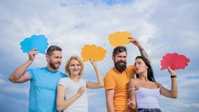 Παροχή της επικοινωνίας μέσα στην ομάδα Οι φίλοι στέλνουν τα μηνύματα στις κωμικές φυσαλίδες Η επικοινωνία εμφανίζεται μέσω της ο στοκ εικόνες