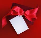 παρούσα κόκκινη κορδέλλα καρτών Στοκ Εικόνες
