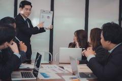 Παρούσα οικονομική έκθεση σχεδίων επιχειρηματιών στην ομο ομάδα εργαζομένων άτομο στοκ φωτογραφίες