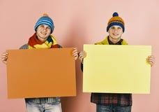 Παρούσα πώληση φθινοπώρου αμφιθαλών Άτομα με τα ευτυχή πρόσωπα χαμόγελου Στοκ φωτογραφία με δικαίωμα ελεύθερης χρήσης