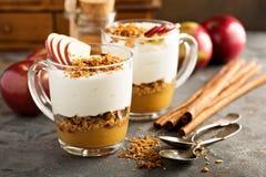 Παρφαί γιαουρτιού και applesauce με το granola Στοκ εικόνες με δικαίωμα ελεύθερης χρήσης