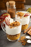 Παρφαί γιαουρτιού και applesauce με το granola Στοκ φωτογραφίες με δικαίωμα ελεύθερης χρήσης