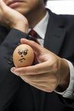 Παρόμοιος 0 χαρακτήρας αυγών με το εκτελεστικό θολωμένο υπόβαθρο Στοκ Φωτογραφία