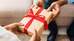Παρόν γενεθλίων Πατέρας που δίνει το δώρο στην κόρη στοκ εικόνες