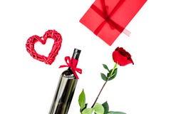 Παρόν για την ημέρα βαλεντίνων στα κόκκινα χρώματα Το κρασί, αυξήθηκε, σημάδι καρδιών, κιβώτιο δώρων στην άσπρη τοπ άποψη υποβάθρ στοκ εικόνες