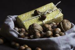 Παρόν και καρύδια σε μια αγροτική τσάντα Στοκ Εικόνες