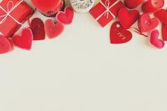 Παρόν κιβώτιο με τις αισθητά καρδιές και τα κεριά αγάπης στο άσπρο ξύλινο υπόβαθρο Έννοια εορτασμού ημέρας βαλεντίνων ` s Τοπ όψη στοκ φωτογραφία με δικαίωμα ελεύθερης χρήσης