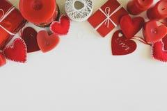 Παρόν κιβώτιο με τις αισθητά καρδιές και τα κεριά αγάπης στο άσπρο ξύλινο υπόβαθρο Έννοια εορτασμού ημέρας βαλεντίνων ` s Τοπ όψη στοκ φωτογραφία