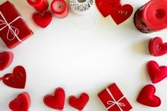 Παρόν κιβώτιο με τις αισθητά καρδιές και τα κεριά αγάπης στο άσπρο ξύλινο υπόβαθρο Έννοια εορτασμού ημέρας βαλεντίνων ` s Τοπ όψη στοκ φωτογραφίες με δικαίωμα ελεύθερης χρήσης