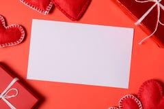 Παρόν κιβώτιο με τις αισθητές καρδιές αγάπης και ευχετήρια κάρτα στο κόκκινο υπόβαθρο εγγράφου Έννοια εορτασμού ημέρας βαλεντίνων στοκ φωτογραφίες με δικαίωμα ελεύθερης χρήσης