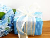 Παρόν κιβώτιο δώρων με τη χρήση διακοσμήσεων τόξων για την ποικιλία των διακοπών Στοκ Φωτογραφίες