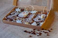 Παρόν νέο κιβώτιο έτους με τους ξύλινους αριθμούς 2, 0, 1, 8 στο καφετί sackcloth υπόβαθρο Στοκ Φωτογραφίες
