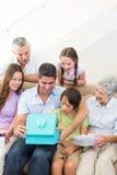 Παρόν οικογενειακών gifting γενεθλίων στο άτομο Στοκ Εικόνες