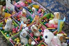Παρόν Πάσχας, αυγά σοκολάτας και κουνέλια Στοκ φωτογραφία με δικαίωμα ελεύθερης χρήσης