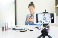 παρόν προϊόν ομορφιάς γυναικών και ζωντανό βίντεο ραδιοφωνικής μετάδοσης σε κοινωνικό Στοκ Φωτογραφίες