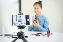 παρόν προϊόν ομορφιάς γυναικών και ζωντανό βίντεο ραδιοφωνικής μετάδοσης σε κοινωνικό Στοκ Φωτογραφία