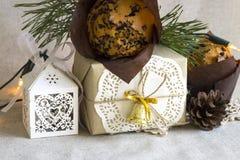 Παρόν στο αναδρομικό ύφος, επιδόρπιο Χριστουγέννων, προσκρούσεις στο υπόβαθρο λινού Στοκ Εικόνα