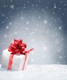 Παρόν στο χιόνι με το διάστημα αντιγράφων στοκ εικόνα