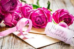 Παρόν σχέδιο με το κείμενο και τη ευχετήρια κάρτα ημέρας μητέρων ` s στο woode στοκ φωτογραφία με δικαίωμα ελεύθερης χρήσης