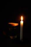 πασπαλίζει το καίγοντας ύδωρ γυαλιού κεριών με ψίχουλα Στοκ φωτογραφίες με δικαίωμα ελεύθερης χρήσης
