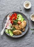 Πασπαλίζοντας με ψίχουλα ψημένο teriyaki στήθος κοτόπουλου σουσαμιού και φρέσκα λαχανικά Ψημένες κοτόπουλο και ντομάτες, αγγούρια στοκ φωτογραφία με δικαίωμα ελεύθερης χρήσης