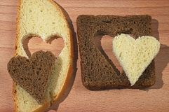 πασπαλίστε το καφετί λευκό κομματιών καρδιών με ψίχουλα Στοκ εικόνες με δικαίωμα ελεύθερης χρήσης