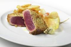 Πασπαλίζοντας με ψίχουλα κάπαρες και πατάτες τόνου τόννων πιάτων ψαριών escalope στοκ εικόνες με δικαίωμα ελεύθερης χρήσης