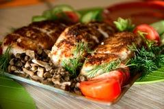 Πασπαλίζοντας με ψίχουλα cutlets κοτόπουλου σε ένα πιάτο με τα αγγούρια άνηθου, tomatoe στοκ φωτογραφίες με δικαίωμα ελεύθερης χρήσης