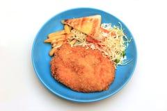 Πασπαλισμένα με ψίχουλα τηγανισμένα μπριζόλα κοτόπουλου, τηγανιτές πατάτες, λαχανικά και ψωμί φρυγανιάς Στοκ φωτογραφία με δικαίωμα ελεύθερης χρήσης