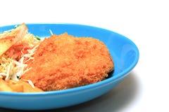 Πασπαλισμένα με ψίχουλα τηγανισμένα μπριζόλα κοτόπουλου, τηγανιτές πατάτες, λαχανικά και ψωμί φρυγανιάς Στοκ Φωτογραφία