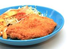 Πασπαλισμένα με ψίχουλα τηγανισμένα μπριζόλα κοτόπουλου, τηγανιτές πατάτες, λαχανικά και ψωμί φρυγανιάς Στοκ εικόνα με δικαίωμα ελεύθερης χρήσης