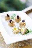 Πασπαλισμένα με ψίχουλα χοιρινού κρέατος και ορτυκιών τρόφιμα πρόχειρων φαγητών εκκινητών αυγών γαστρονομικά Στοκ φωτογραφίες με δικαίωμα ελεύθερης χρήσης