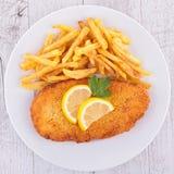 Πασπαλισμένες με ψίχουλα ψάρια και τηγανιτές πατάτες Στοκ φωτογραφία με δικαίωμα ελεύθερης χρήσης