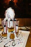 Πασπαλισμένο με ψίχουλα κέικ με το παγωτό και τα φρούτα Στοκ Εικόνες