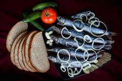 Παστά ψάρια ποταμών που εξυπηρετούνται με το ψωμί, τις ντομάτες, τα καρυκεύματα και τα κρεμμύδια Στοκ Εικόνες