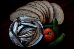 Παστά ψάρια ποταμών που εξυπηρετούνται με το ψωμί, τις ντομάτες, τα καρυκεύματα και τα κρεμμύδια Στοκ Φωτογραφία