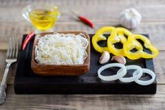 Παστωμένα λάχανο και πιπέρι σε ένα ξύλινο κύπελλο Στοκ φωτογραφίες με δικαίωμα ελεύθερης χρήσης