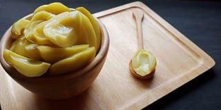 Παστωμένα μάγκο Mangifera Indica Λ VAR στο ξύλινο κύπελλο r στοκ εικόνες
