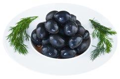 Παστωμένες ελιές στο άσπρο πιάτο Στοκ εικόνα με δικαίωμα ελεύθερης χρήσης