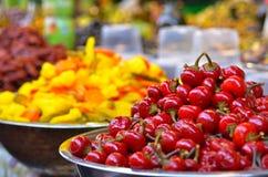 Παστωμένες ντομάτες στην επίδειξη στην αγορά τροφίμων Στοκ φωτογραφία με δικαίωμα ελεύθερης χρήσης