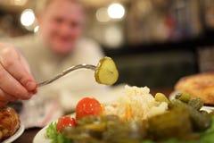 παστωμένη άτομο λήψη αγγουριών Στοκ Φωτογραφία