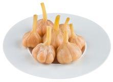Παστωμένο σκόρδο στο άσπρο πιάτο Στοκ φωτογραφία με δικαίωμα ελεύθερης χρήσης