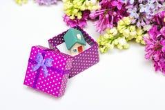 Πασχαλιές και κιβώτιο δώρων με το μικρό σπίτι Στοκ εικόνα με δικαίωμα ελεύθερης χρήσης