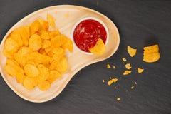 πατάτα κέτσαπ τσιπ πρόχειρο φαγητό μπύρας, ανθυγειινή κατανάλωση Στοκ Εικόνα