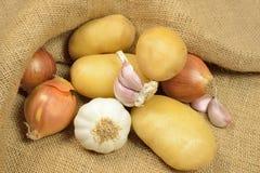 Πατάτες και κρεμμύδια στοκ εικόνα με δικαίωμα ελεύθερης χρήσης