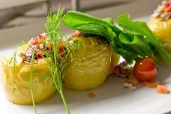 Πατάτα που γεμίζεται με το ρύζι και τα φρέσκα λαχανικά σε ένα άσπρο πιάτο Στοκ φωτογραφία με δικαίωμα ελεύθερης χρήσης