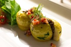 Πατάτα που γεμίζεται με το ρύζι και τα φρέσκα λαχανικά σε ένα άσπρο πιάτο Στοκ Εικόνα